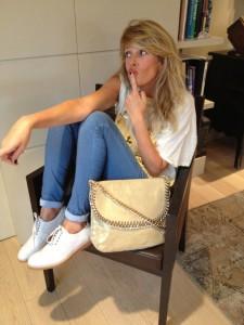 Look passe-partout: jeans, t-shirt, scarpe basse e la mia borsa L'Aura