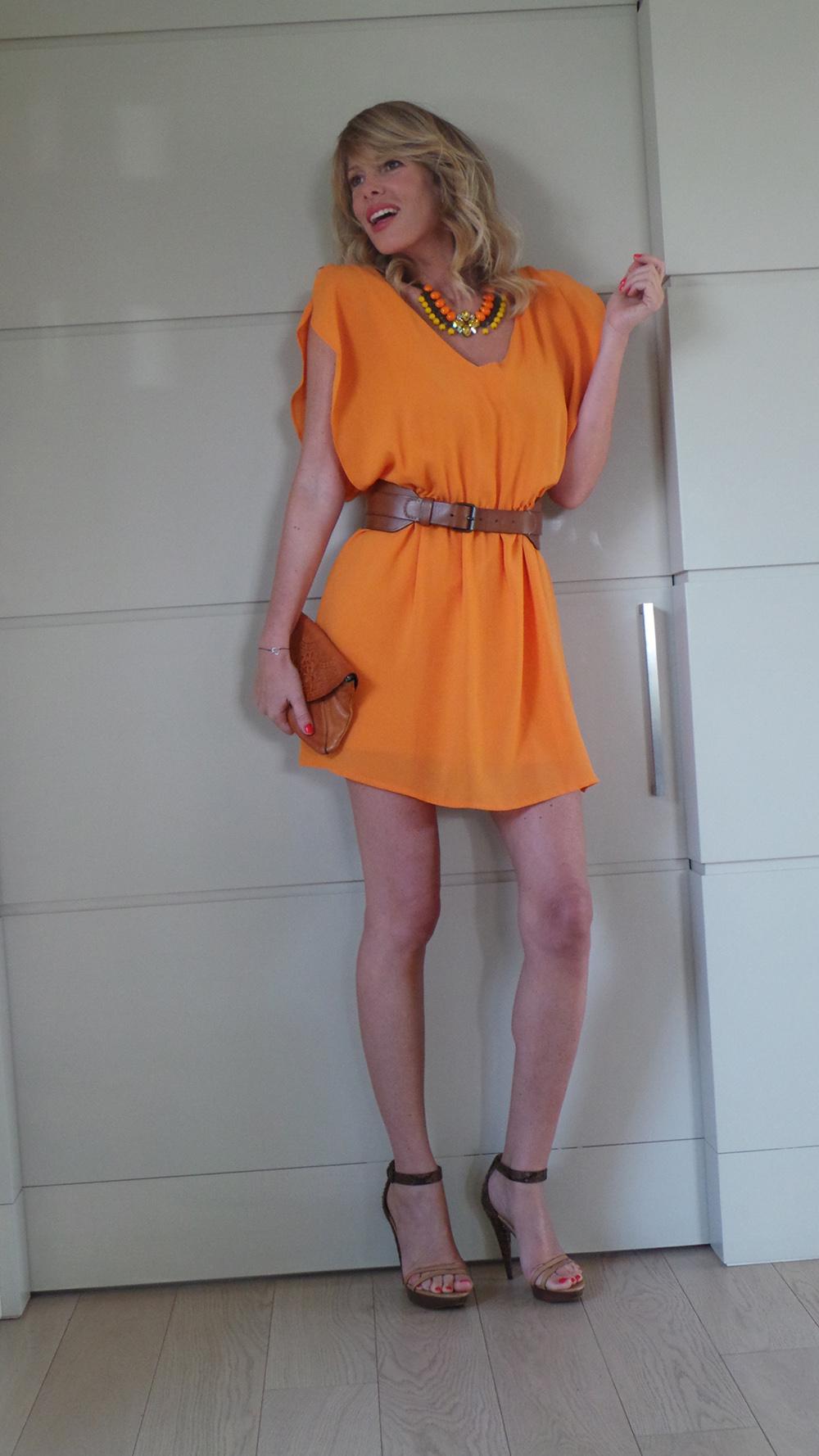 Look arancio per un'occasione speciale