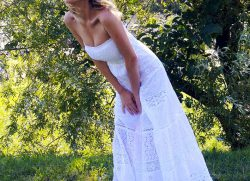 An idea for the mid-August public holiday: white dress and barefoot!!!