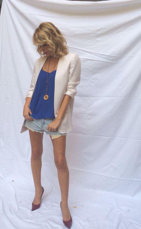 Shorts in jeans, giacca bianca e tacchi alti!