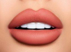 Labbra da baciare sotto al vischio!